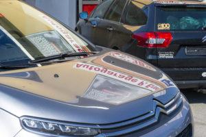 Foto vom Schriftzug Autogarage Peter Erne gespiegelt auf der Motorhaube